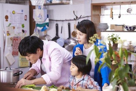 『サッポロ一番』新CMで夫婦役を演じた竹内結子と劇団ひとり