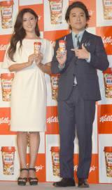 『飲む朝食 フルーツグラノラ』新CM発表会に出席した(左から)深田恭子、ムロツヨシ (C)ORICON NewS inc.