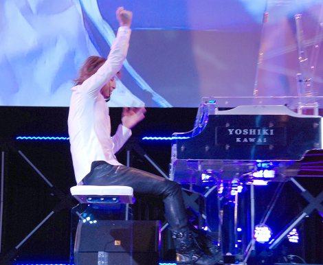 ピアノ演奏中にサングラスが外れる瞬間のYOSHIKI=『新経済サミット2015』 (C)ORICON NewS inc.