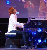 ピアノ演奏を披露したYOSHIKI=『新経済サミット2015』 (C)ORICON NewS inc.
