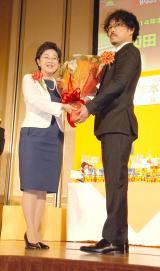 去年の受賞者、和田竜氏(右)から花束を受けとる上橋菜穂子氏(左) (C)ORICON NewS inc.