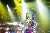 高さ2.5メートル、全面鏡で制作された象に乗って歌唱する浜崎あゆみ