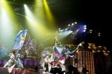 巨大な像のオブジェに乗る浜崎あゆみ