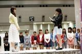 乃木坂46として最後の握手会に参加した松井玲奈(左)と感謝の手紙を読み上げる生駒里奈