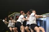 ライブステージで綱引きを行ったAKB48ヤングメンバー(C)AKS