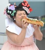 スペシャルメニューのサンドイッチを試食する渡辺直美 (C)ORICON NewS inc.