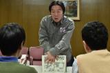 『マンチュリアンクラッチ』について説明する醍醐(古田新太)(C)WOWOW