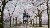 桜並木道を全力でダッシュ。新生活のスタートを切る