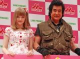 米出身のモデルのダコタ・ローズ(左)にデレデレだった藤岡弘、 (C)ORICON NewS inc.