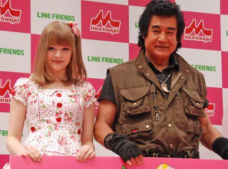 ダコタ・ローズ(左)と藤岡弘、=『LINE FRIENDS アイス いちごれん乳』新商品発表会 (C)ORICON NewS inc.