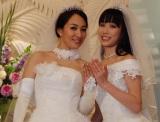 笑顔で結婚指輪を披露した一ノ瀬文香(左)と杉森茜=結婚会見にて (C)ORICON NewS inc.