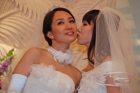 ラブラブ! 会見最後にお互いのほっぺにキスした一ノ瀬文香(左)と杉森茜=結婚会見にて(C)ORICON NewS inc.