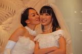 会見最後にお互いのほっぺにキスした一ノ瀬文香(左)と杉森茜 (C)ORICON NewS inc.