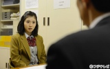 松岡はジャーナリスト志望のクールな女子高生を演じる