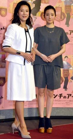 ミニスカート姿の戸田菜穂さん