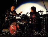 茂木欣一(右)が叩くドラムに近寄り声をかけ続ける竹中直人(左)(C)ORICON NewS inc.