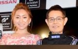 『GTアカデミー by 日産×プレイステーション2015』のローンチイベントに出席した(左から)綾菜さん 加藤茶(C)ORICON NewS inc.