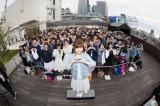 ルミネエスト新宿の屋上でペアルックイベントを行ったMACO