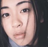 """2000年ごろからは浜崎あゆみ、宇多田ヒカルら作詞を自ら手掛ける女性シンガーが台頭。同世代の女性の""""共感""""を呼んだ。写真は宇多田『First Love』(1999年発売)ジャケット写真"""