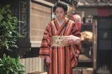 """なぜか大阪の食堂""""こひのぼり""""の前で立ちすくむ、すみれ(早見あかり)(C)NHK"""