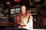 一枚のメモを手にし、ため息をついている(C)NHK