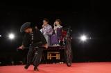 人力車に乗って登場した(左から)大泉洋、戸田恵梨香