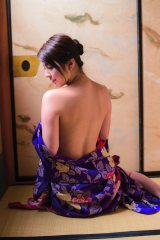 写真集『yurina』で艶めかしいきもの姿を披露した柳ゆり菜