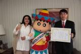"""在メキシコ日本国大使館で""""日本とメキシコの交流アミ〜ゴ""""任命式に出席したしんちゃん。"""