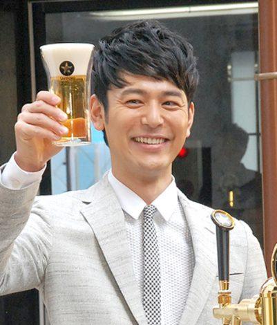 ビールサーブに成功した妻夫木聡