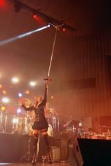 3曲を演奏したSHOW-YAの寺田恵子のマイクアクション (C)ORICON NewS inc.