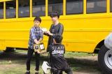 (左から)シャッフルコラボを抽選するポルノグラフィティの岡野昭仁、新藤晴一