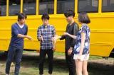 (左から)抽選の順番決定じゃんけんをするTAKE(Skoop On Somebody)、岡野昭仁・新藤晴一(ポルノグラフィティ)、のっち(Perfume)