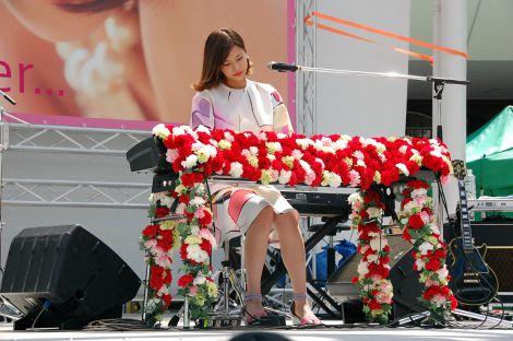 母の日のカーネーションを飾り付けたピアノで初の作詞・作曲に挑戦した新曲「ありがとうForever...」を弾き語りで披露した西内まりや (C)ORICON NewS inc.
