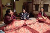 左から、ハナ(小池栄子)、チエ(酒井若菜)、好子(江口のりこ)。 エリーハウス・寝室にて。お互いのなれそめ話を言い合って、女学生のようにはしゃいでいる3人(C)NHK