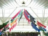 """""""子供の日""""に向けて羽田空港に展示された53匹のこいのぼり"""