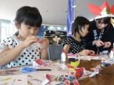 こいのぼり紙細工を行う子供たち
