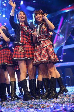 ファンの声援に応える(写真左から)近野莉菜、仲川遥香位(C)JKT48project