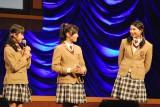 生徒会長発表前に顔を見合わせる中等部3年生(左から大賀咲希、白井沙樹、磯野莉音) (C)ORICON NewS inc.