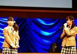教育委員長に選ばれた大賀咲希(右)は「厳しくするときは厳しくするから!」と転入生に宣言 (C)ORICON NewS inc.