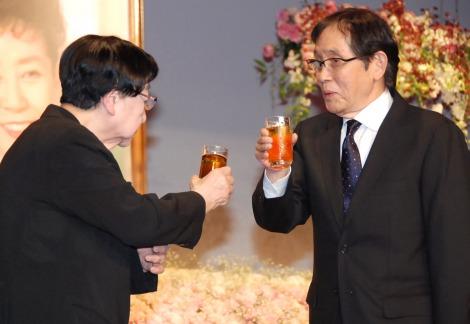 森光子さんをしのぶ会に出席した(左から)石井ふく子氏、萩本欽一 (C)ORICON NewS inc.