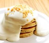 ふわっふわの自家製クリームがポイント!『マカダミアナッツパンケーキ』