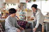 妻の彩子(木村多江/右)とリビングで(C)NHK