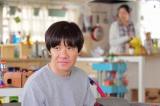 主演ドラマ『ボクの妻と結婚してください。』NHK・BSプレミアムで10日スタート。第1話より、彩子と妹の冴子の笑い声が聞こえるリビングに、寝ぼけ顔で現れる修治(内村光良)(C)NHK(C)NHK