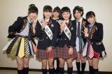 指原莉乃(左)が所属するHKT48チームHは松岡はなさんと村川緋杏さんの交渉権をゲット(C)AKS