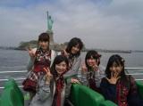 大島涼花(中央)は「自由の女神はタイムズスクエアにあると思ってたので、島にあってびっくり」(C)AKS