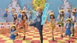 明るく元気いっぱいの歌と体操を披露している笑福亭鶴瓶とDream5