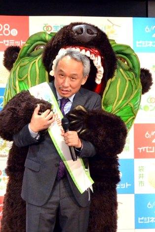 西村雅彦、メロン熊に襲われる | ORICON NEWS