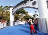 映画『トゥモローランド』ワールドプレミアのブルーカーペットにミッキーマウスが登場!