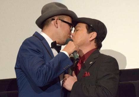 公開キスをした(左から)FROGMAN監督、上島竜兵=映画『天才バカヴォン〜蘇るフランダースの犬〜』完成披露上映会 (C)ORICON NewS inc.