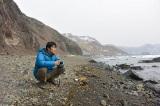 """5月17日放送『カムイの海に春が来た 堤真一、北の離島に乾杯』カムイの海の迫力に思わずカメラを向ける""""旅人""""堤真一(C)HBC"""